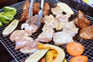 バーベキュー 肉を焼いている
